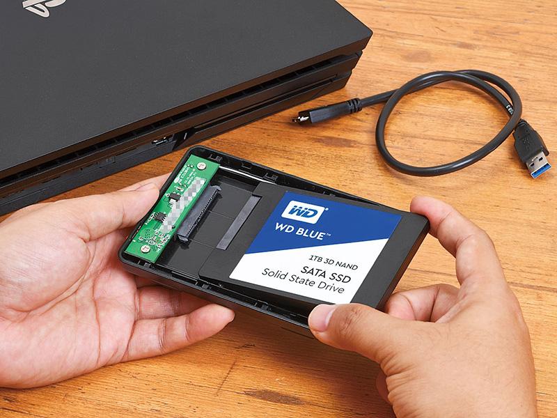 1. SSDを外付けストレージとして利用するために、HDDケースに組み込む。これをUSB経由でPS4/PS4 Proに接続すればよい