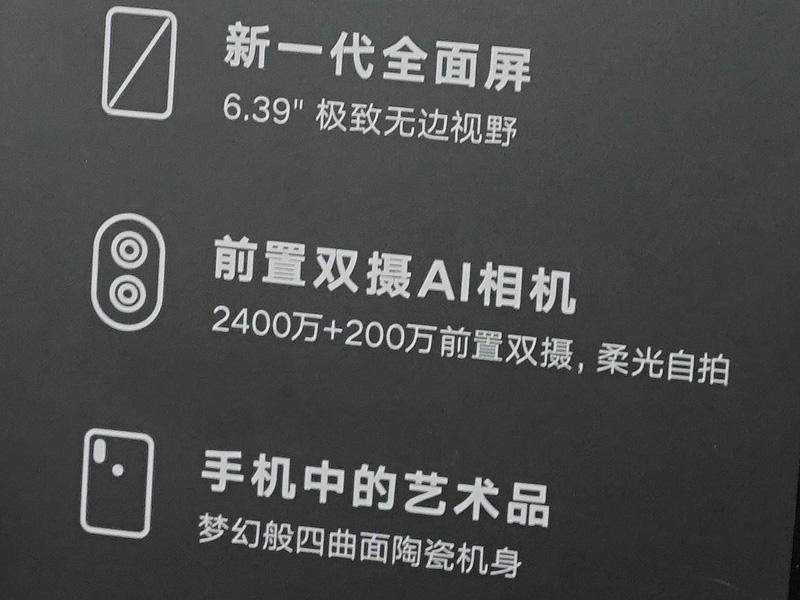 2,400万画素+200万画素のフロントカメラを搭載
