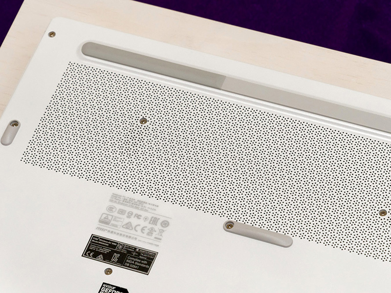 PC裏面はパンチングメッシュで、熱がこもらないようになっている。