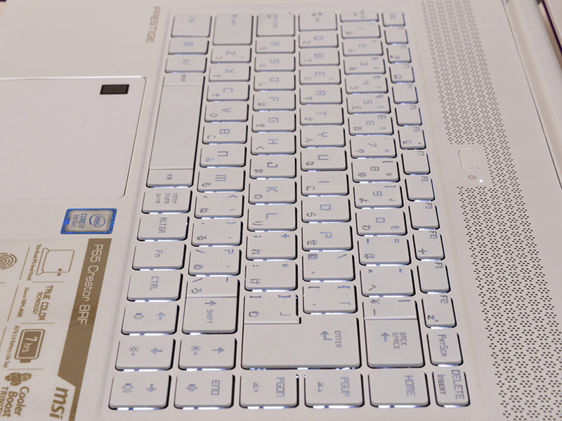熱が伝わりにくいキーボード。ストロークはやや浅めだが、コシのある感じでしっかり押して打ち込める