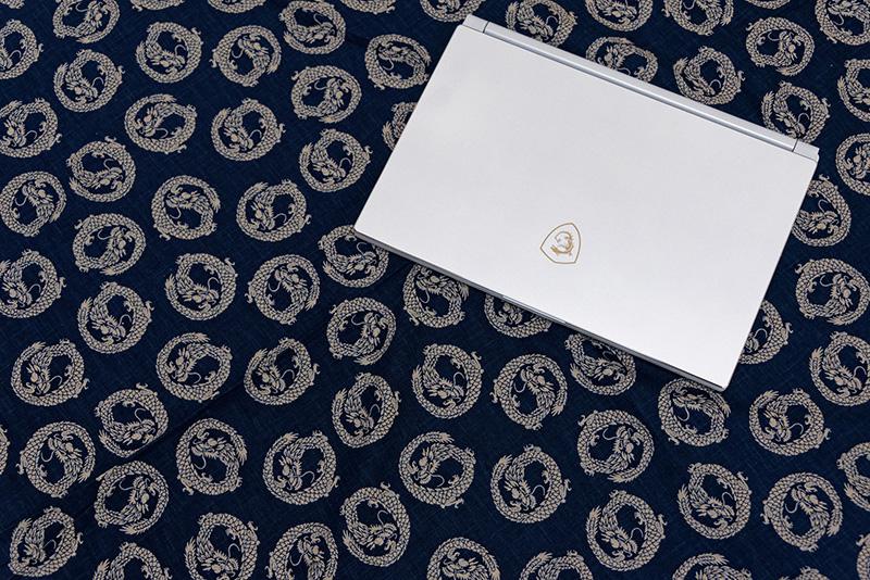 今度は藍染風の布と合わせてみた。MSIロゴと同じドラゴン柄の布と一緒に撮影。