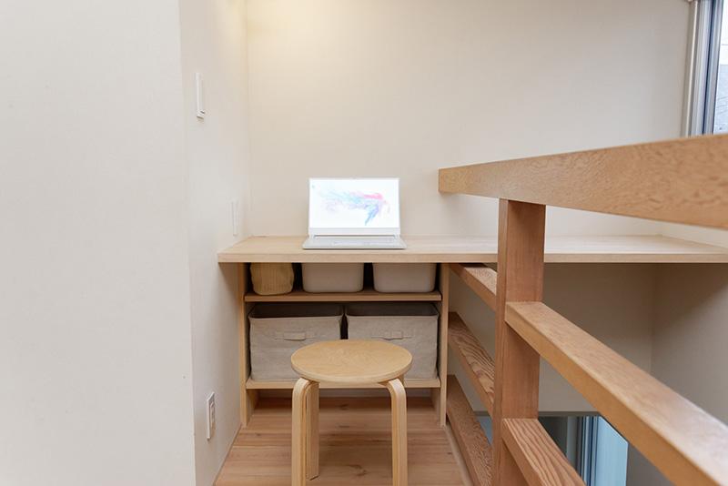 筆者の自宅の作業スペースに置いてみても、にじみ出る高貴さ。