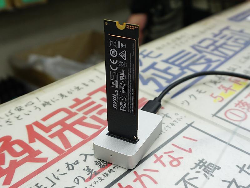 "M.2 SSD専用の超小型クレードル<br>【関連記事】:(<a href=""https://akiba-pc.watch.impress.co.jp/docs/news/news/1155678.html"">1</a>)"