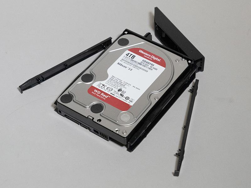 HDDの組み込みは非常に簡単。トレイにHDDを載せ、固定用パーツをパチパチとはめていくだけ