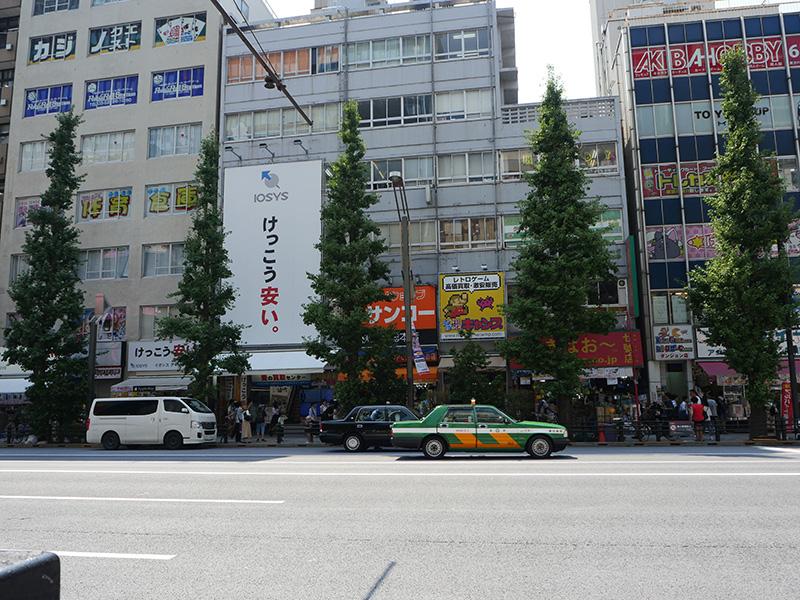 中央通り、TSUKUMO eX.側から見たサンコーレアモノショップ秋葉原総本店