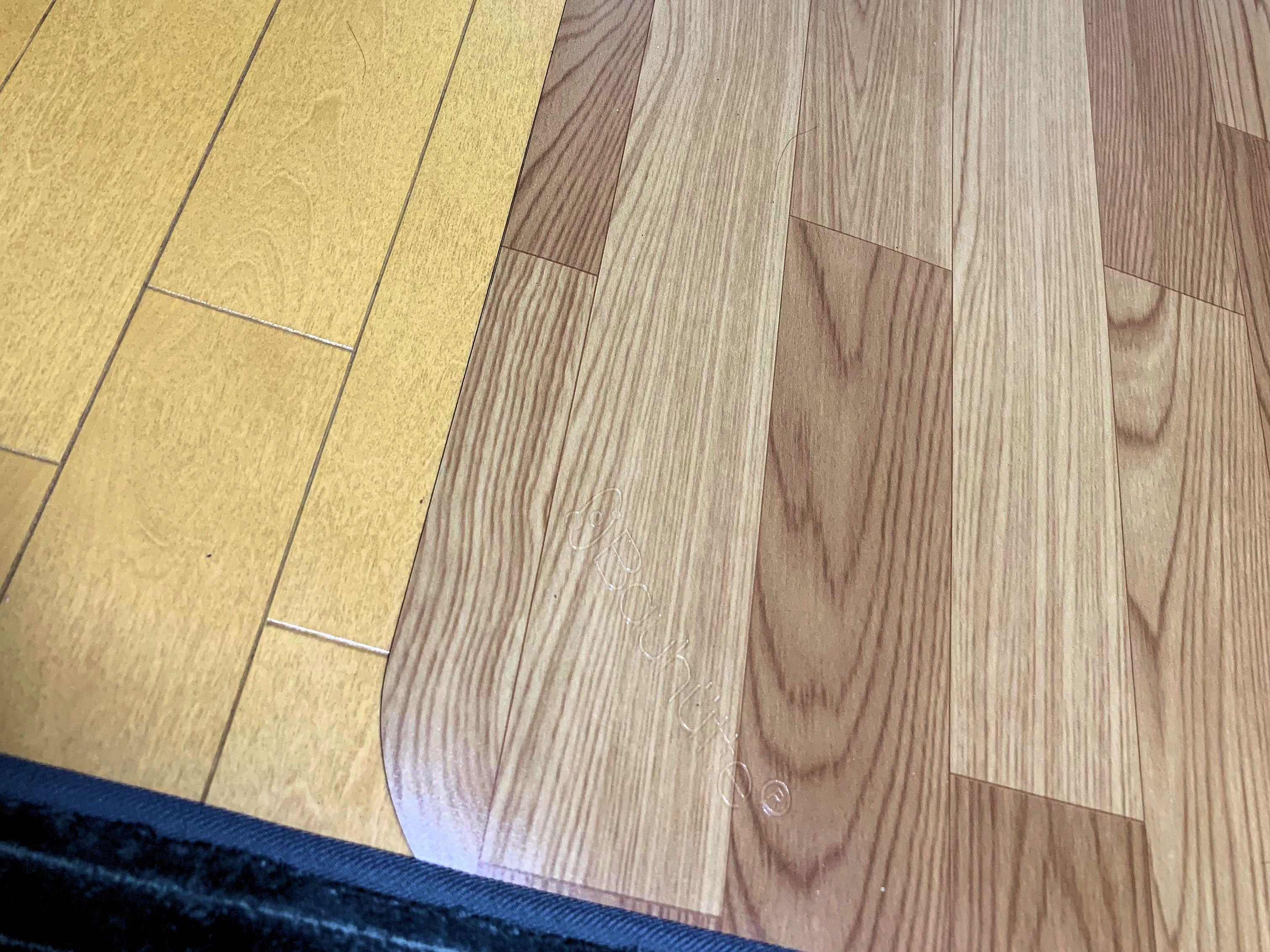 """木目調の<a href=""""https://www.bauhutte.jp/product/bcm120/"""">チェアマット(BCM-160F)</a>(右側)。床面へのキズを防止してくれる。この写真は見分けがつきやすいように撮影してみたが、他の写真を見ればわかるように、意外と差が気にならない(性格にもよると思うが)"""