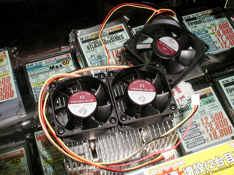GlobalWINのCPUクーラーと排気ファンのセットモデル。排気ファンには組み立て式のダクトを取り付けます(撮影協力:OVERTOP)