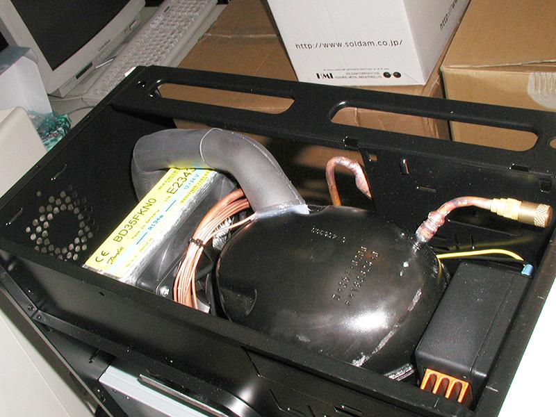 "CPUを氷点下15度にまで下げるというガス冷却機構を搭載しており、価格は8万円前後。メーカーの<a href=""https://www.asetek.com/"" class=""deliver_inner_content i"">Asetek</a>は現在オールインワン水冷クーラーのOEM元として有名です(撮影協力:Laser5)"
