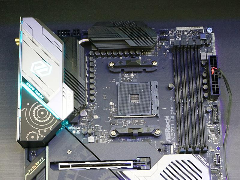 X570 TaichiのCPUソケット周り。電源は14フェーズ設計で、最大300WまでのCPUを搭載できる