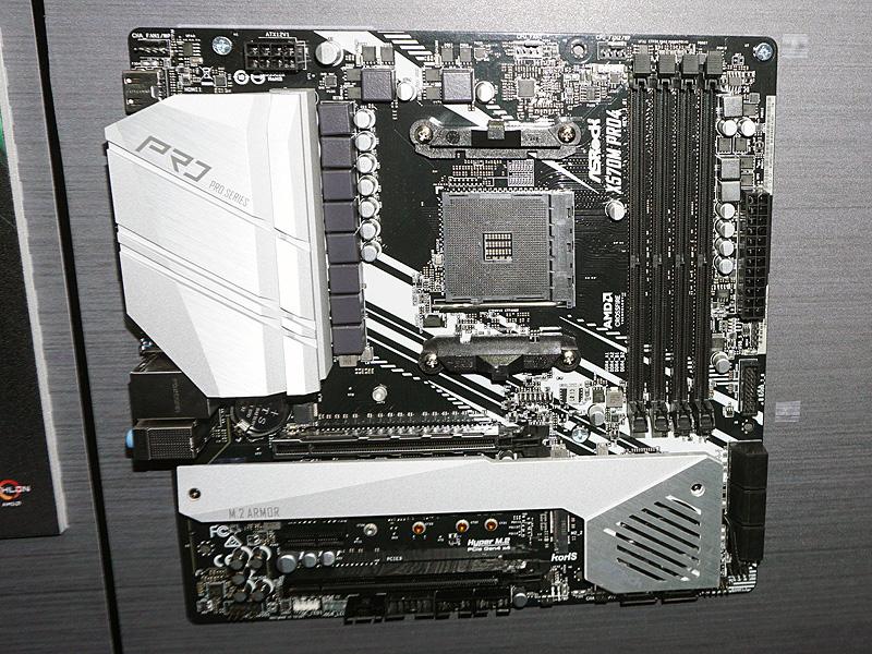 X570搭載microATXマザーボード「X570M Pro4」。今回ラインナップされたX570マザーボードの中では唯一のmicroATXタイプ。Thunderbolt 3は内部ピンヘッダで対応する