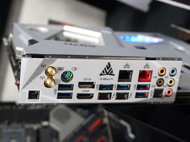 X570 AQUAのI/Oパネル部分。AQUAロゴの下のUSBポートの下にThuderbolt 3ポートが2基並んでいる