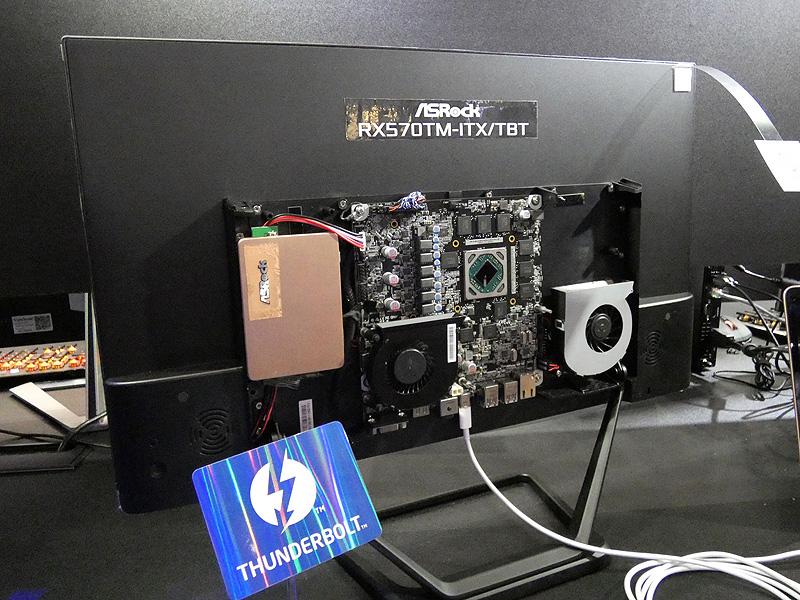 このように液晶ディスプレイの裏面に取り付ける使用例も展示されていた