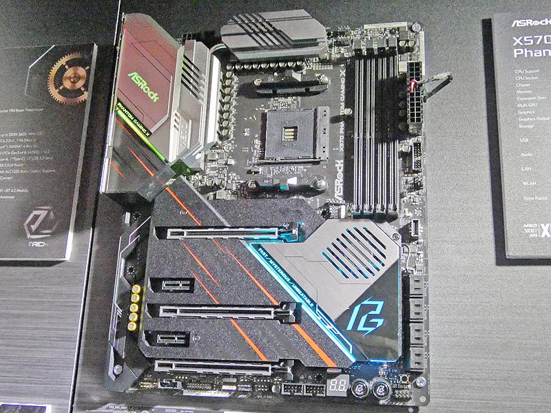 X570搭載ATXマザーボード「X570 Phantom Gaming X」。ゲーミングPC向けのハイエンドマザーボードであり、2.5Gbit LANと1000BASE-T LANを搭載。Wi-Fi 6にも対応しており、拡張カードスロット周りを覆うカバーが装備されている