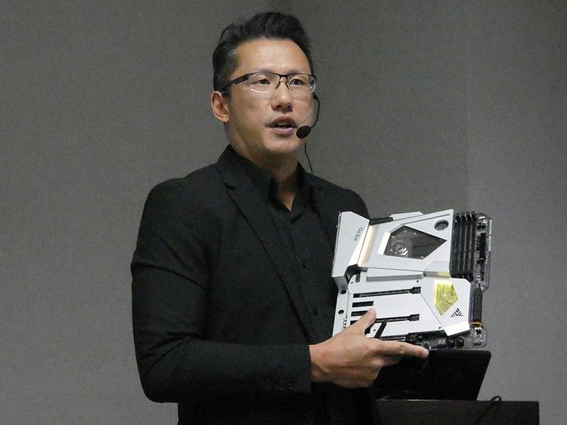 プレスカンファレンスで、X570 AQUAを手にして説明を行うASRock Motherboard & Gaming Peripherals事業部 ゼネラルマネージャーのChris Lee氏