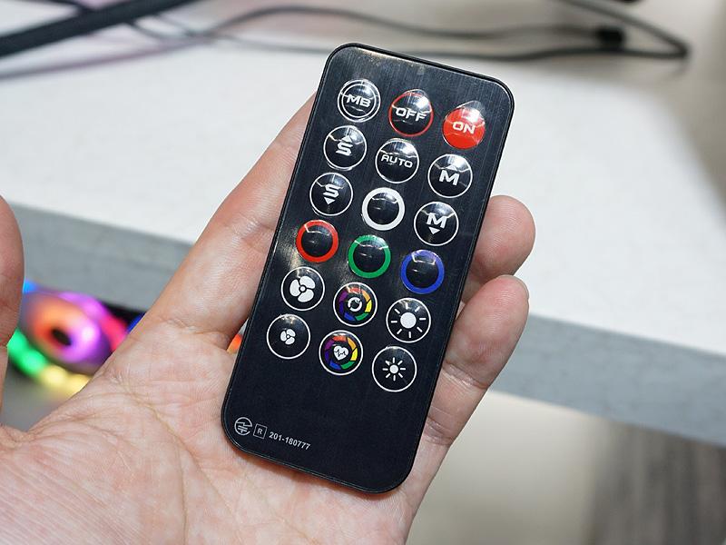 付属のカード型リモコンによって、LEDの発光色や発光パターンを変更できる