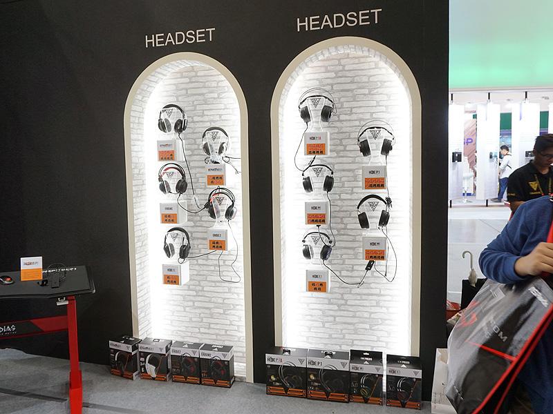 ゲーミングヘッドセットコーナーには前述のHEBE P1以外も並べられている