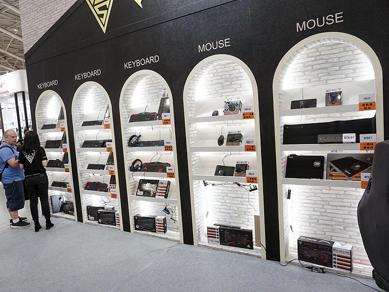 こちらはゲーミングデバイスの展示コーナー。キーボード、マウス、マウスパッドが並ぶ