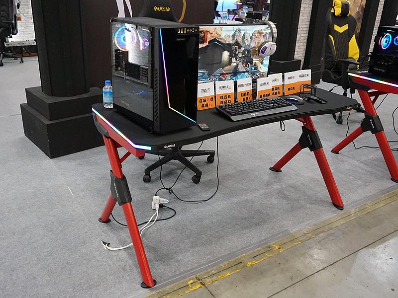 ゲーミングデスクのミドルレンジモデル「DAEDALUS M1」。両端にRGB LEDが搭載されており、ボタン操作で発光色や発光パターンを変更できる