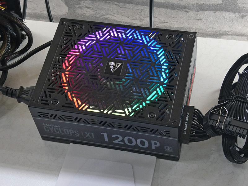 1200W電源ユニット「CYCLOPS X1-1200P」。こちらは引き続き販売される