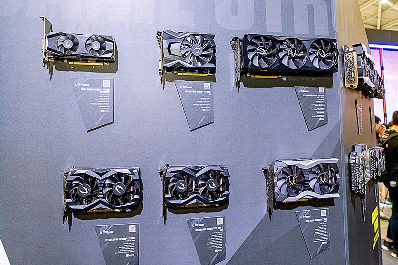 メインストリームクラスのビデオカードの展示。シングルファンのモデルは「ZOTAC GAMING GeForce GTX1650 OCのみ。「GPUが1660 Ti以上でもシングルファン、検証の結果、静音性を考慮するとデュアル以上が良い」という