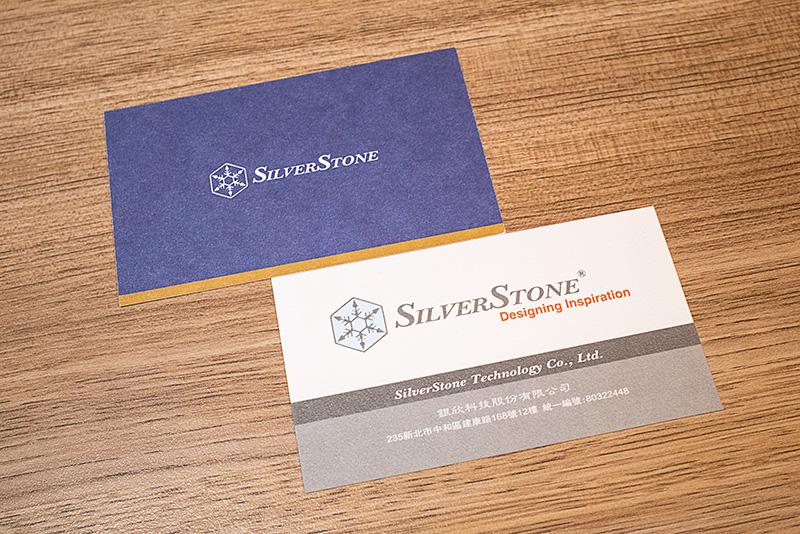 イメージカラーが反映されているSilverStoneの新旧名刺。新しいカラーは高級感を意識したと言う。ロゴに入れていた「Design Inspiration」の文字も省いた