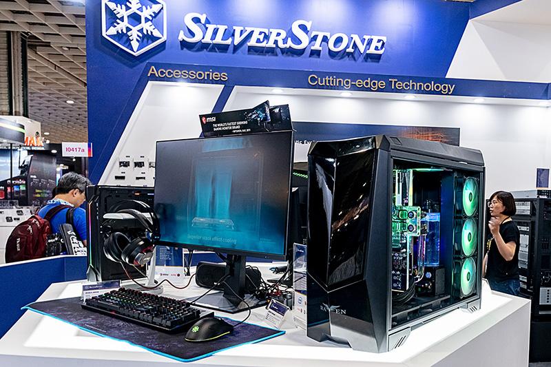 SilverStoneブースに展示されていた次世代「RAVEN」のプロトタイプ。フロントも半透明ガラスとする3面ガラス構造