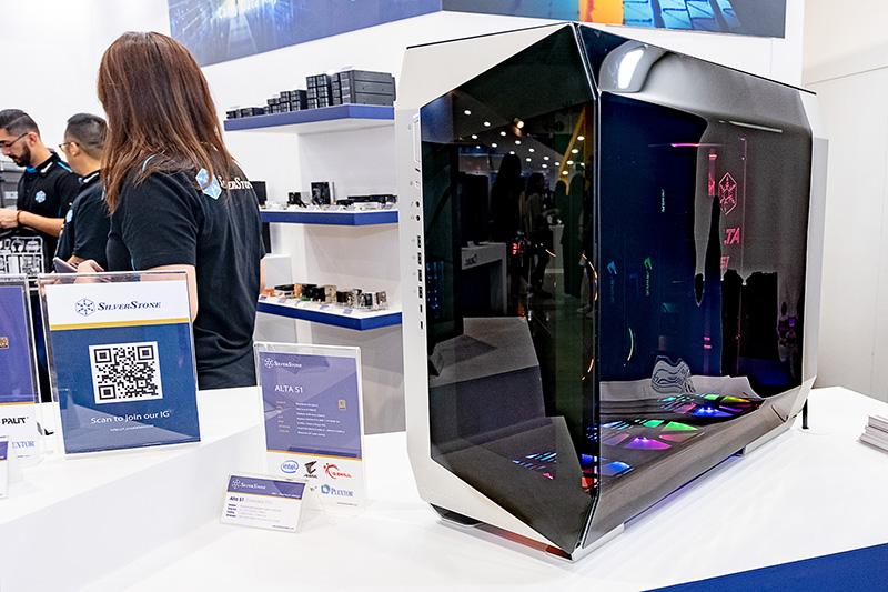 新生SilverStoneを象徴する次世代コンセプトモデル「ALTA S1」。立体的なデザイン、3面ガラス構造のインパクトが抜群