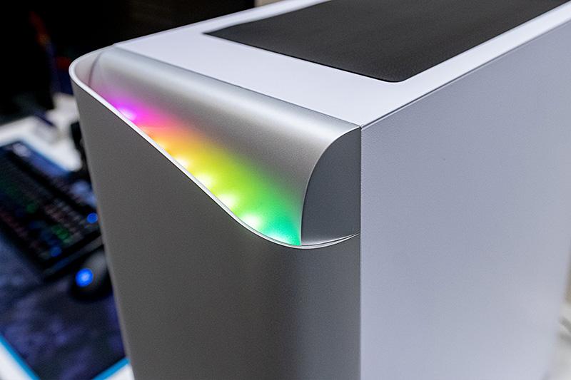 シンプルで丸味を帯びたフォルム、アドレサブルRGB LEDの光が反射でじんわり光る様子は未来的なイメージがある