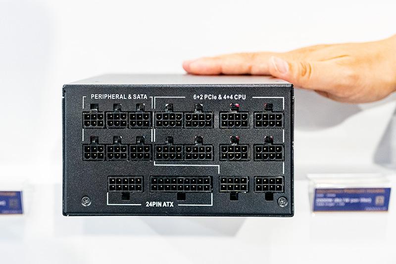 Decathlonの1,550Wモデルのケーブルプラグイン部。CPU用とPCI Express用を共通化して自由度を高めている