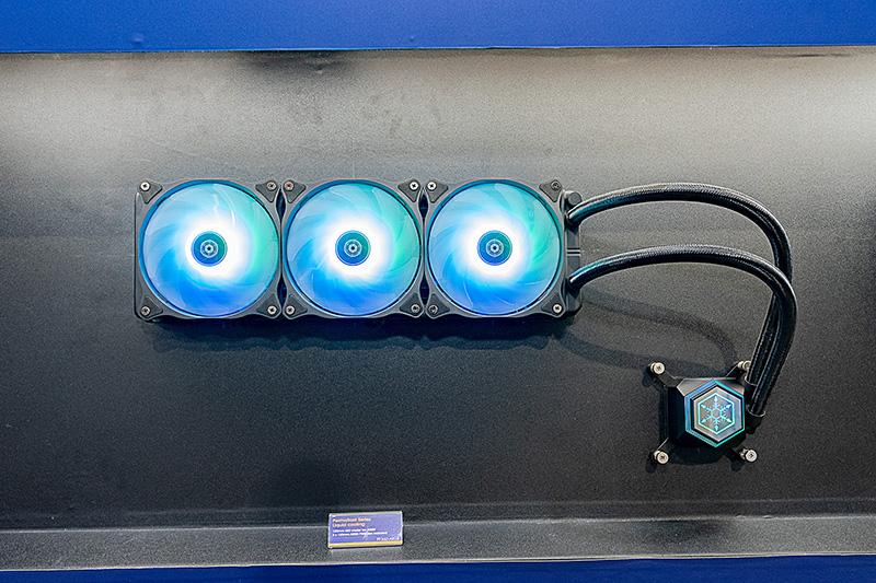 3連ファンの大型ラジエータを搭載する「PF360-ARGB」。ポンプは冷水と温水を混ぜない内部構造をしており、強力な冷却が可能だという