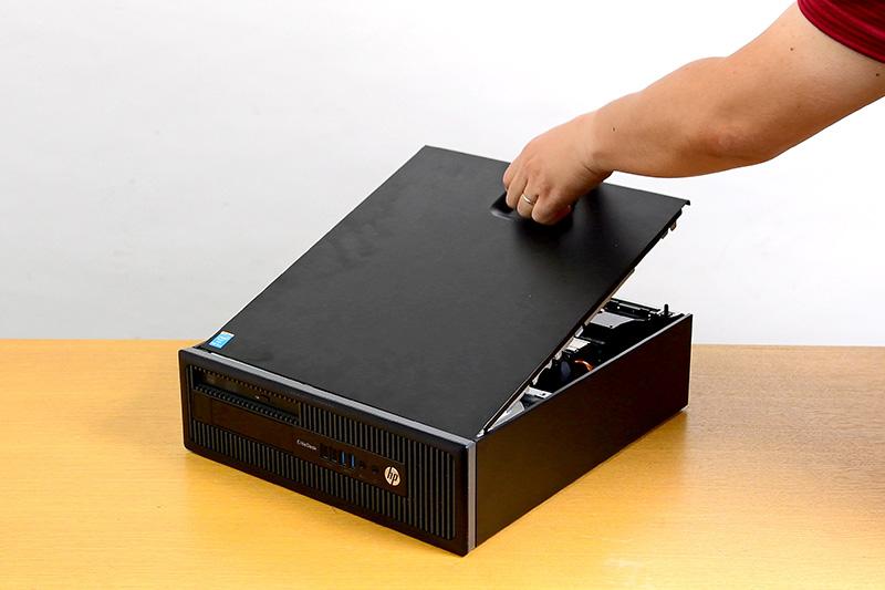 次はPCの右側面カバーを外す。カバーのレバーを引き上げれば簡単に外れる