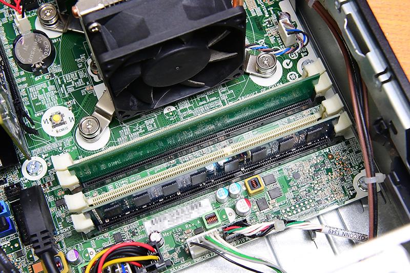 スロットにメモリを挿し、垂直に力を入れてスロットの両端のツメがカチッとメモリにかかるまで押し込む