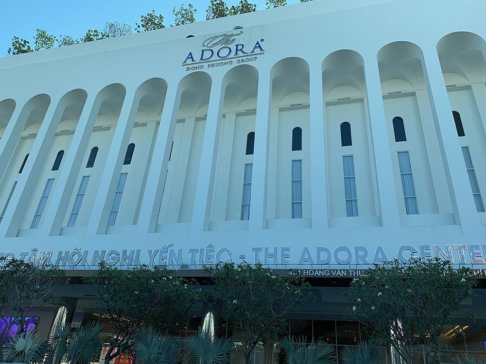 世界大会が行われた「THE ADORA CENTER」という大きな建物。GOC会場の隣の部屋では結婚式が行われていました。