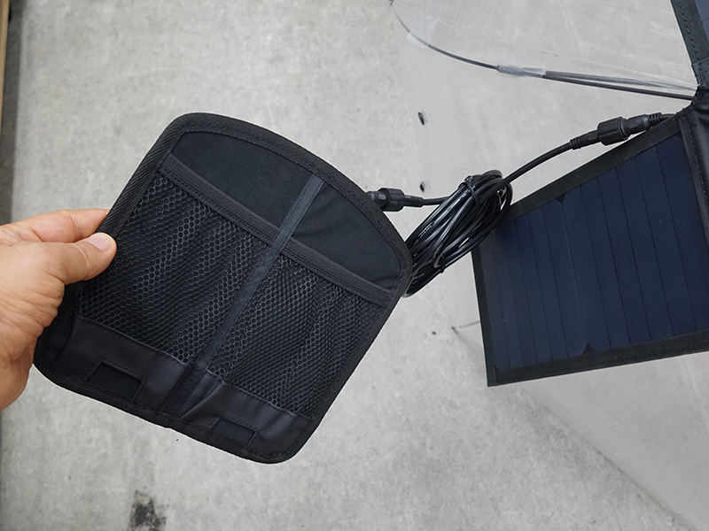 USB出力ポート。背面側にはモバイルバッテリーやスマートフォンを収納できるポケットが用意されている。