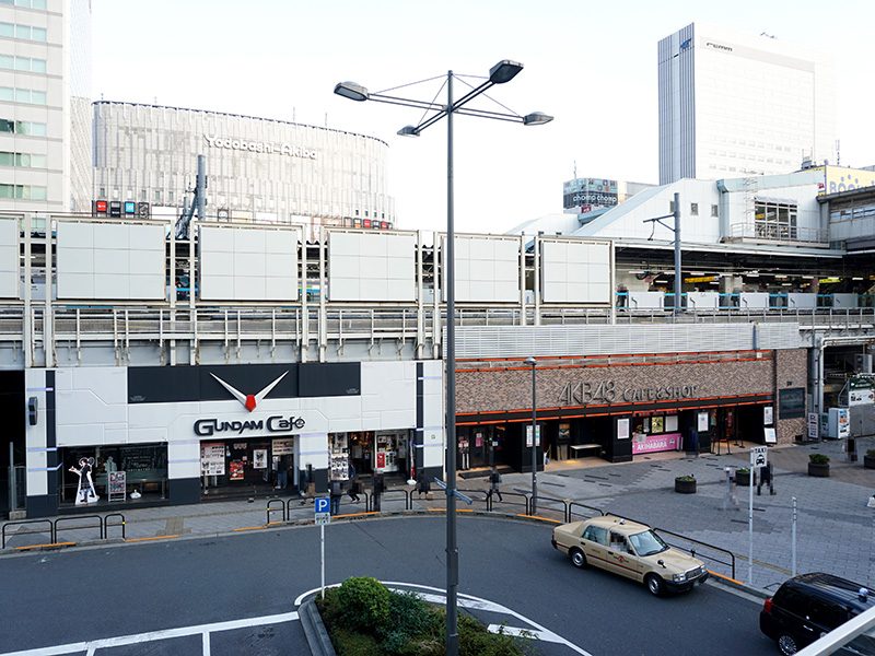 AKB48 CAFE&SHOP AKIHABARAはJR秋葉原駅の高架下。隣には「GUNDAM Cafe秋葉原店」があります