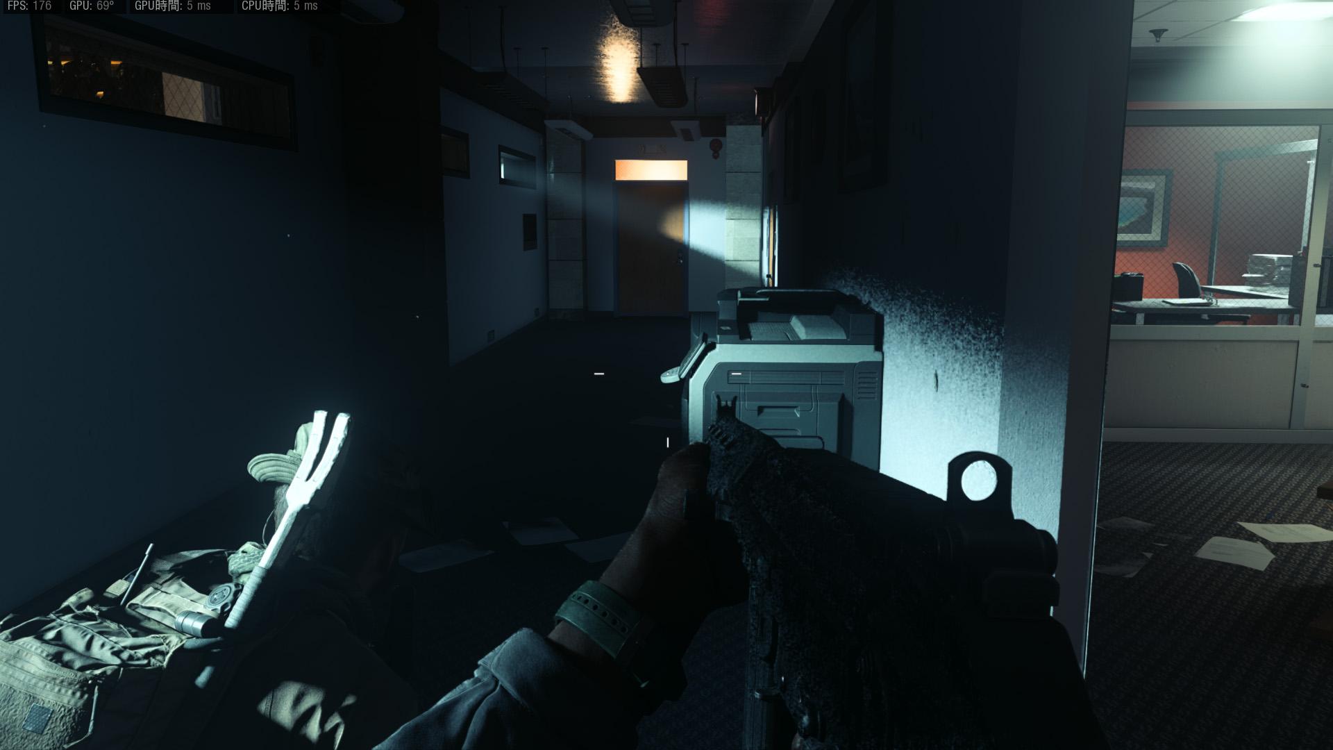 """DXRをONにすると壁に落ちる影の輪郭がよりリアルさを増す。天井に反射する照明も""""よりそれっぽく""""表現されている<br>(C)2019 Activision Publishing, Inc."""