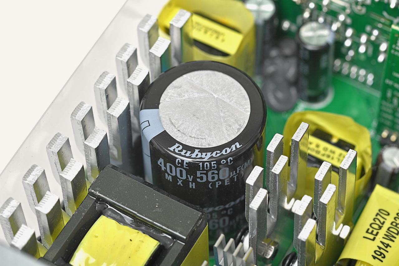 やや大容量の1次側コンデンサ(ルビコン560μF)は、まわりに熱源も多いため耐熱105℃タイプを採用しているようだ。熱源に挟まれているのでファンは動作させたほうがよい