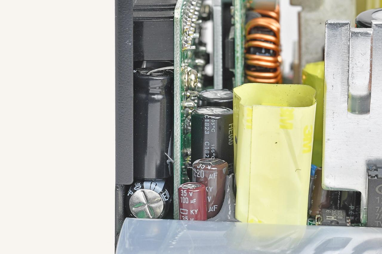 プラグインコネクタ裏を隙間から見てみると、バイパスコンデンサが入っていることが分かる