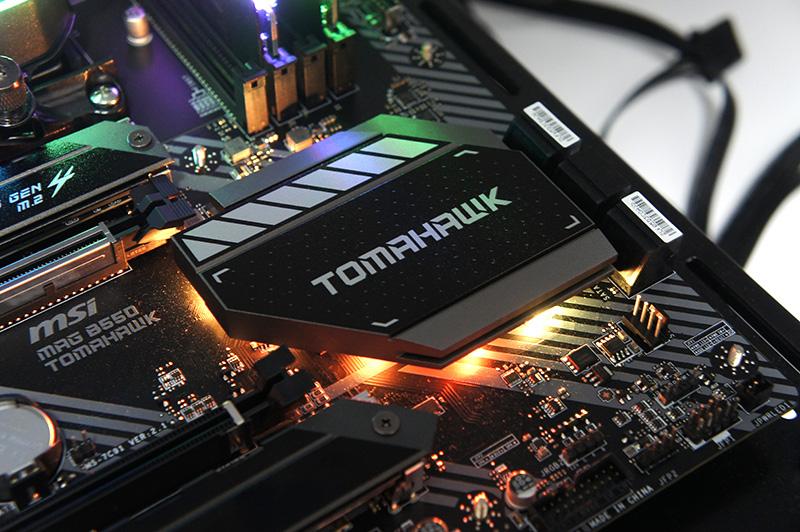 チップセットのヒートシンク部分にRGB LEDを搭載