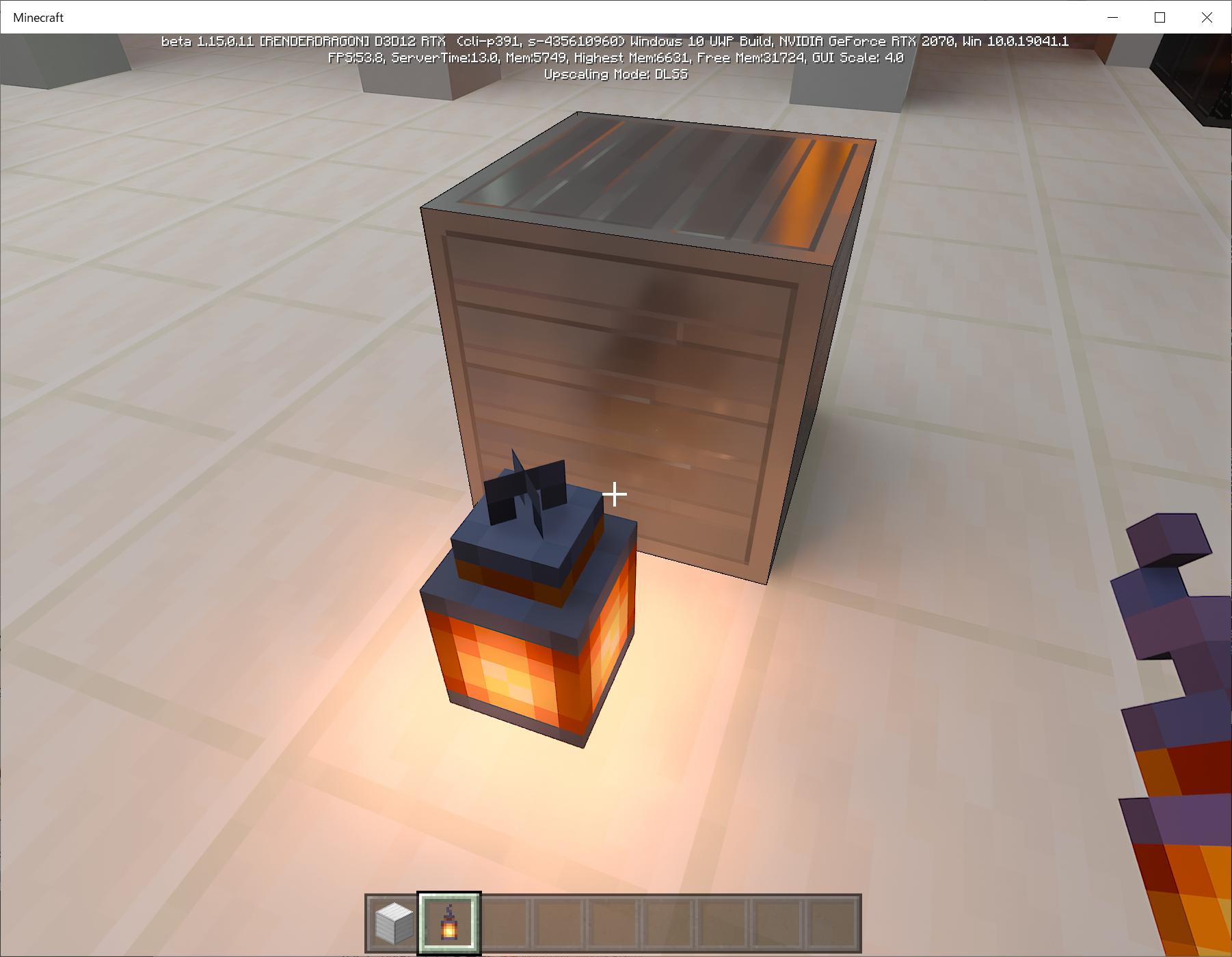 左がレイトレーシング無効の鉄ブロック。単なる灰色に見える。レイトレーシングを有効(右)になると反射は映り込みがあるリアルな鉄のブロックになる
