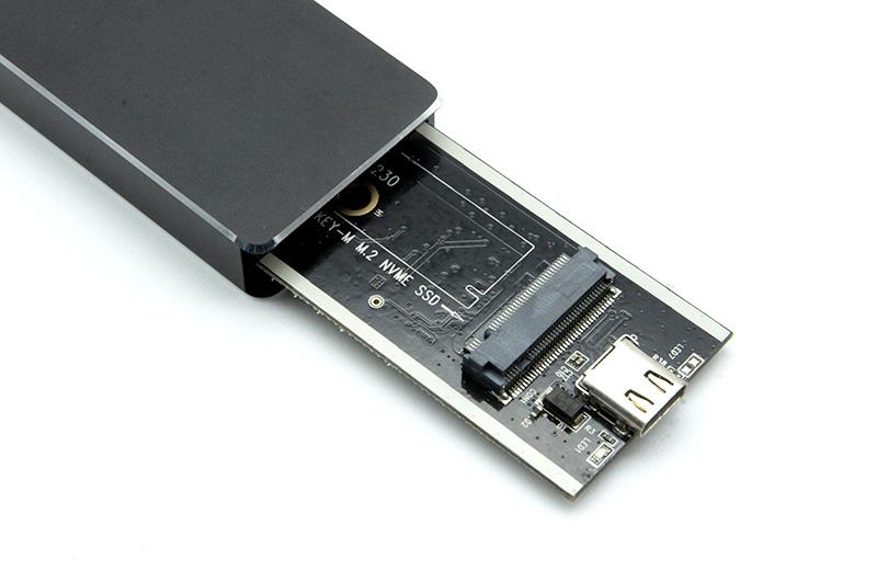 2-2.基板のネジを外し、M.2スロットに970 EVO Plusを挿し、ネジを戻して固定する