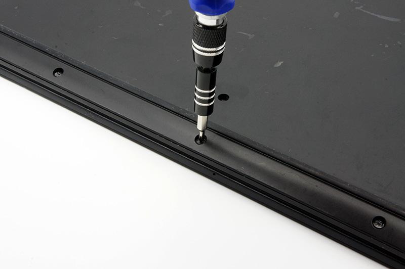 5-2.ノートPCの背面にある13カ所のネジを外し、底面のカバーを外す