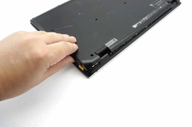 6-2.カバーを戻し、ネジで固定する。あとはACアダプタを接続して正しく起動するか確認しよう