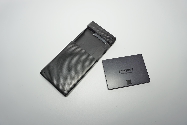 ●2 SSD外付けケースの蓋を外す。