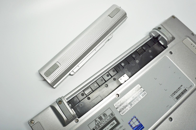 ●2 底面のバッテリーの爪を引っ張りながら外す。