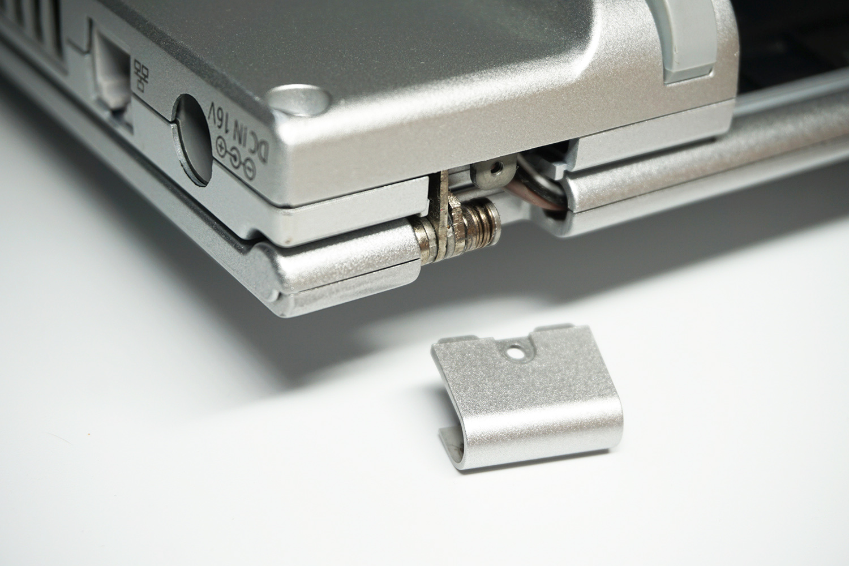 ●4 ヒンジ部分のネジも外し、カバーを取り外しておく。この部分は外さなくても作業可能だが外すと上部カバーがやや取り外しやすくなるので慣れない場合は外してしまおう。
