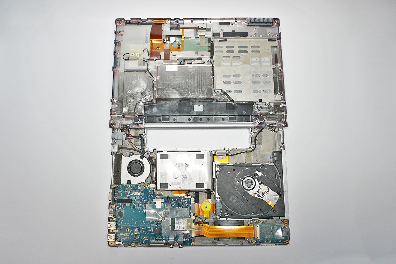 ●9 レッツノート CF-LX6の内部、HDDはシートで保護されている。