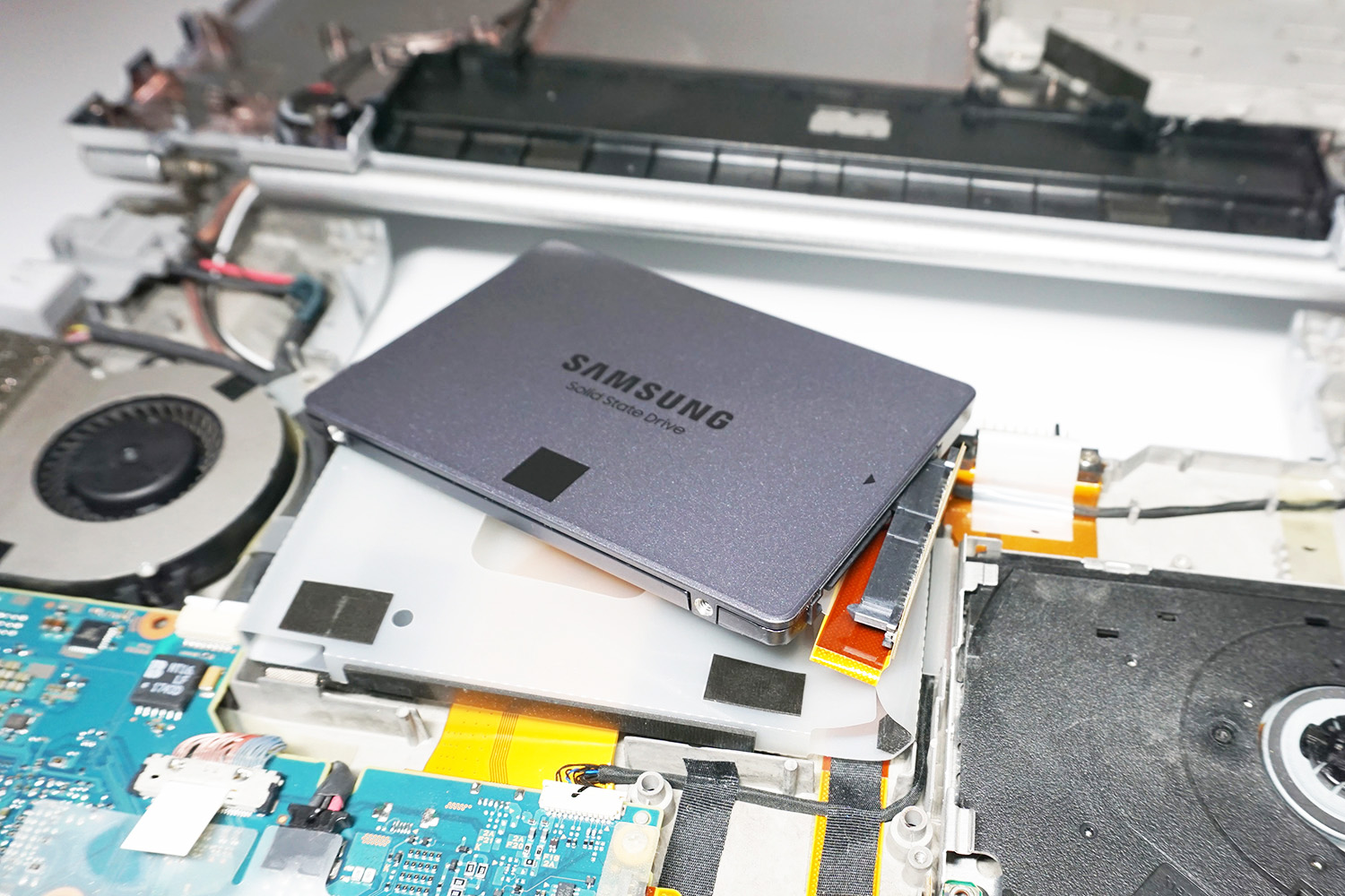 ●11 データをコピーした換装用のSSDに入れ替える。