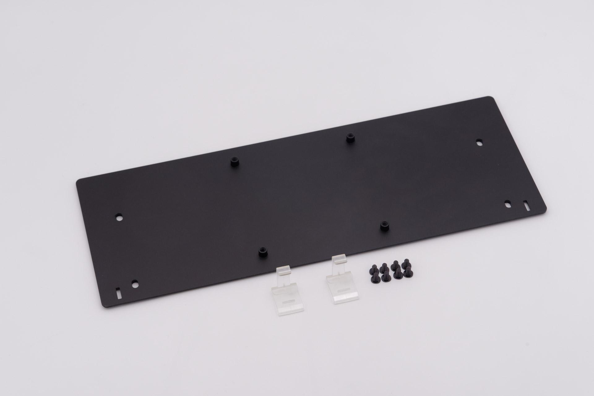 「M505 VESA 100 アルミ合金ブラケット」と、取り付けに使うネジ、クリップ