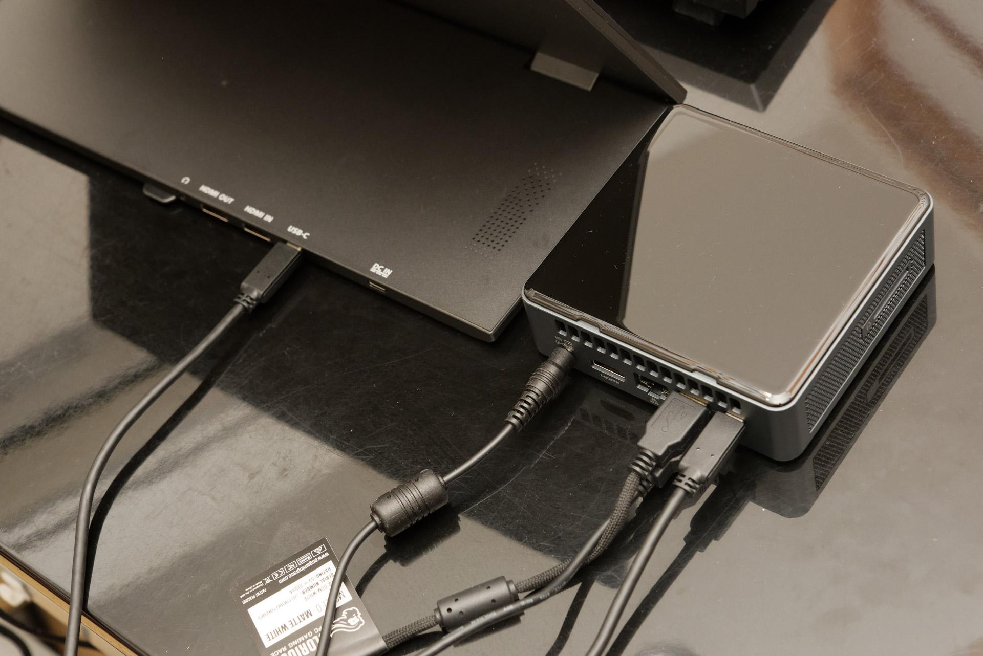 M505Eとの接続はUSB Type-Cケーブル1本で済む
